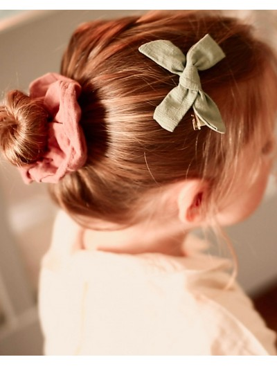 Clip with green fabric bow